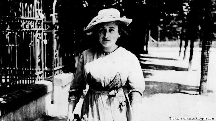 Róża Luksemburg nació en Zamość, Polonia, Marzo 5, 1871- asesinada en Berlín, Alemania, en Enero 15, 1919, fue una teórica y militante marxista.