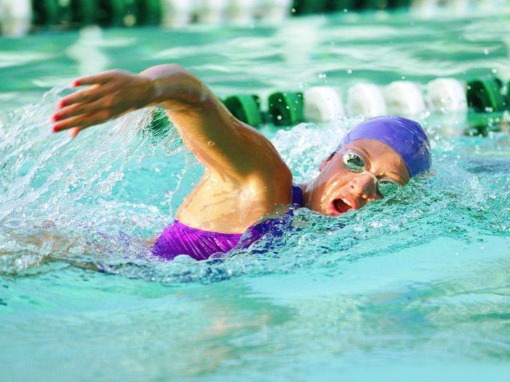 Berenang adalah salah satu olahraga yang baik bagi jantung. Baik pula dalam mengontrol tekanan darah.  Berenang adalah latihan aerobik yang fungsinya memperkuat jantung.   Tidak hanya membuat jantung lebih kuat, latihan ini juga membuat jantung lebih efisien memompa darah ke seluruh tubuh.  American Heart Association menyebutkan bahwa dengan latihan seperti berenang sekitar 30 menit sehari bisa mengurangi resiko PJK sebesar 30 - 40%.