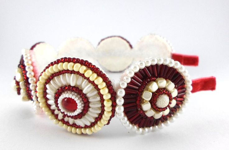 Rubín a perly, čelenka Čelenka je zhotovena z červených čirých kabošonů obšitých bílým a červeným rokajlem Preciosa, perleťové rýže, perel a červených trubiček. Kovový základ čelenky je potažen červenou sametovou stuhou. Vhodný doplněk na ples či na oživení účesu při dalších společenských akcích.