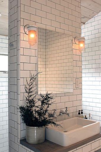 """Klassieke """"subway"""" tegels in de badkamer. Met donker stuukwerk."""