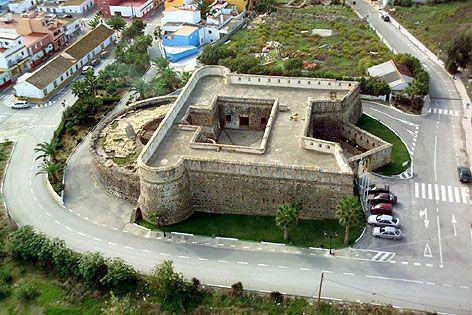 Vista aérea del Castillo de la Duquesa de Manilva, enclave que acoge el museo arqueológico de la localidad, donde se exhiben piezas que datan de la época romana.