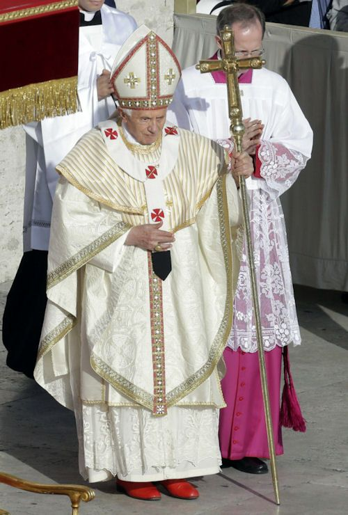 Papal clothing and liturgical practices in Cardinal Ratzinger / Pope Benedict XVI Forum
