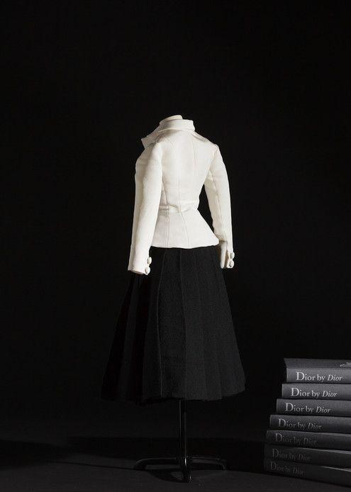1947 : Christian Dior présente sa première collection. « Nous sortions d'une époque de guerre, d'uniformes, de femmes-soldats aux carrures de boxeurs. Je dessinai des femmes-fleurs, épaules douces, bustes épanouis, tailles fines comme lianes et jupes larges comme corolles », se souvient-il dans son autobiographie. Les silhouettes des lignes Corolle et En 8 se succèdent, faisant onduler l'impressionnant métrage de tissu de leurs jupes. Carmel Snow, rédactrice en chef de Harper's Bazaar lance…