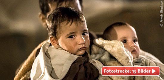 Winter in Nahost: Wenn die kalte Jahreszeit lebensbrohlich wird Die humanitäre Lage in Syrien und im Irak ist verheerend. Millionen Menschen befinden sich durch den syrischen Bürgerkrieg und die Gräueltaten der Terrorgruppe Islamischer Staat auf der Flucht. Oftmals flohen sie nur mit dem, was sie am Körper trugen. Nun leben sie ein Leben voller Entbehrungen.