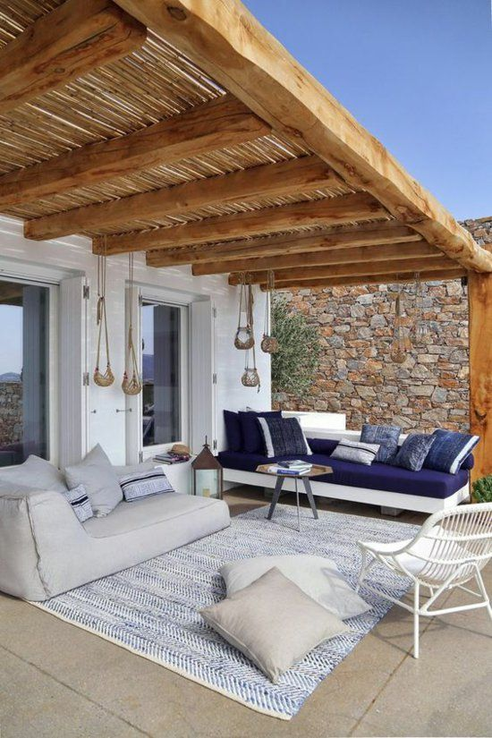 moderne Terrassengestaltung einladende Atmosphäre –Sitzgruppe Teppich Wurfkissen helle Farben