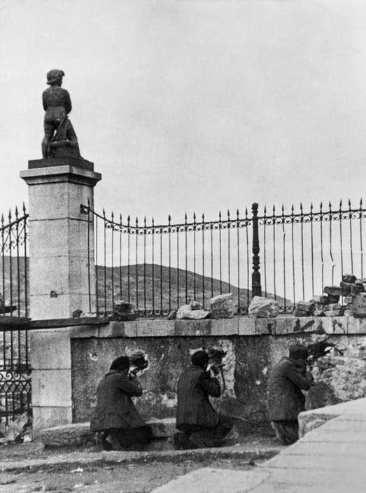 Spain. Spanish Civil War, militia men fighting near Madrid c.1936 // DAVID SEYMOUR (CHIM)