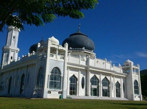 Masjid Rahmatullah Lampu-uk, Aceh Besar. Ini merupakan satu-satunya bangunan yang tersisa di Lampu-uk dalam bencana tsunami, 26 Desember 2004. Ia berdiri hanya sekitar 300 meter dari bibir pantai. Usai tsunami, masjid ini direnovasi oleg Turki, yang ikut membangun 700-an rumah tipe 45 bagi korban tsunami di sana.