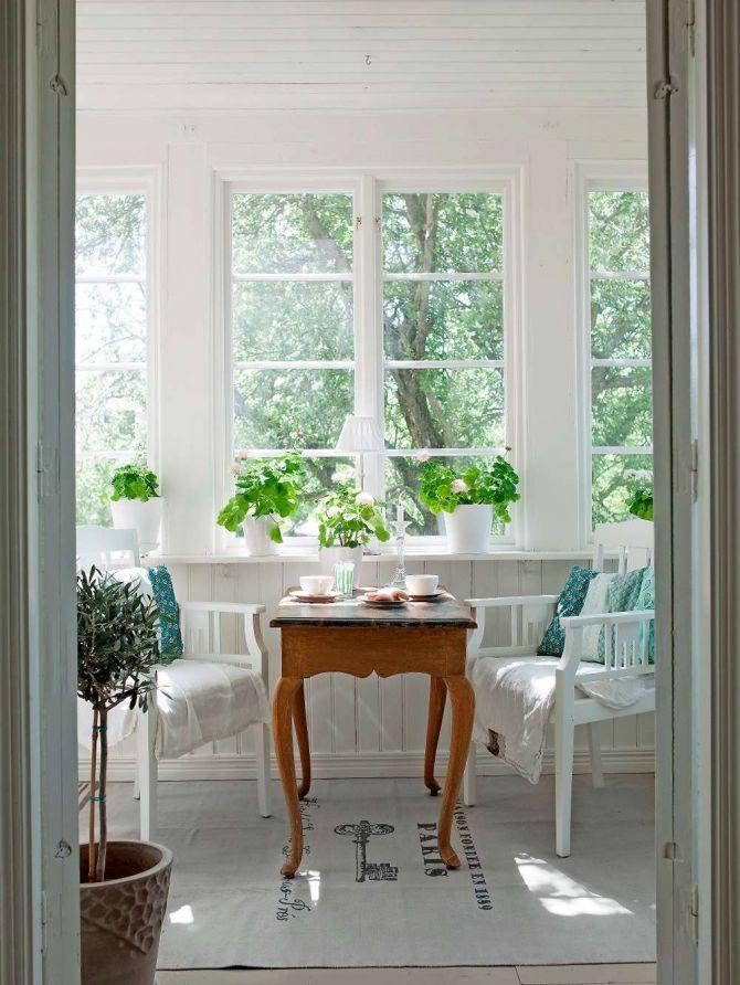 Ett kurvigt litet bord blir perfekt att fika vid på glasverandan. Av Pia Mattsson Foto Helene Toresdotter