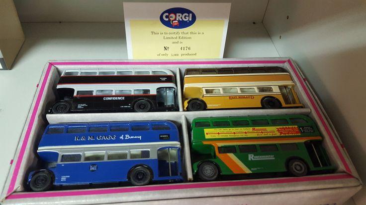Corgi keräilyautosarja [4kpl]: Routemasters in Exile !!!  Numeroitu sarja: 4176 of 5000. Auton pituus 12cm  Arvioitu lähtöhinta: 40.00 €