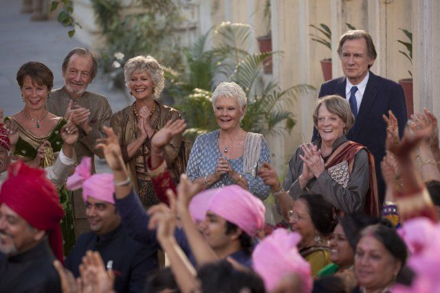 Still of Judi Dench, Maggie Smith, Diana Hardcastle, Celia Imrie, Bill Nighy and Ronald Pickup in Indian Palace: Suite royale (2015)