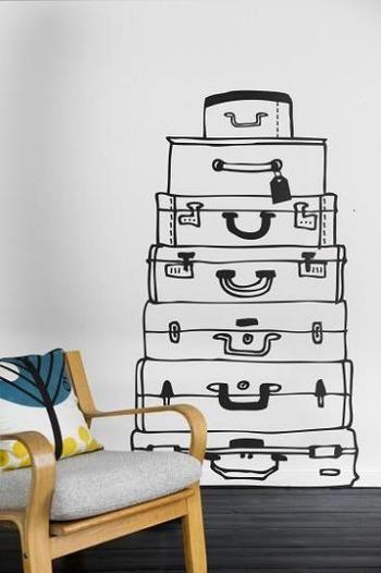 スーツケースのウォールステッカー。手前のインテリアとも合い、お部屋を華やかにしてくれます。