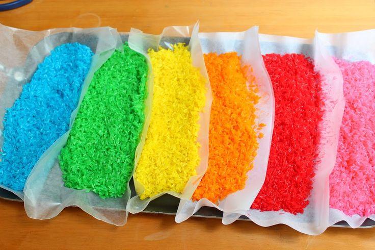 Como fazer arroz colorido e brincar….. Vamos brincar com arroz??? Com certeza vai ser de grande estimulo sensorial para os pequenos se divertirem e aprenderem……o que vamos precisar?? Materiais: arroz branco álcool corante alimentar sacos de plástico (zip) papel manteiga Coloque 1/2 xícara de arroz no saco plástico. Adicione 2 colheres de sopa de álcool …