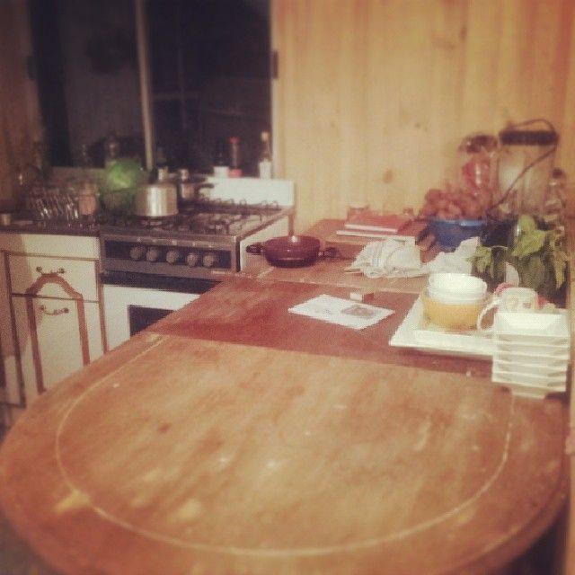 Mi cocina, en vez de un mueble de cocina decidí dejar una mesa vieja que le trajo mi hermana a mi madre.  Pretendo sellarla tal cual está, me encantan las vetas que tiene.  <3