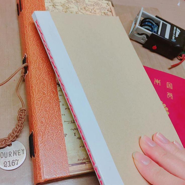 今回の旅ノートはこちら トラベラーズノートサイズです二折を赤の麻糸で糸綴じしています 下に見えているのは長年愛用している自家製カバー紙製なんですが結構丈夫 トラベラーズノートはカバーをつけるの前提なのでノートの表紙にはそこまで強度を求めなくてもいいかなというのが私の考えで 本文の紙はトモエリバーというほぼ日でも使われている紙 _ 表紙の柄や糸を変えたら可愛くなりそう販売とかしてみたいけれど製本の手間等を考えたら採算取れないでしょうなぁ(-; _ _ #旅ノート #トラベラーズノート #手作り #自作 #レフィル#旅行