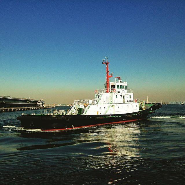 【yutakaclub_cruises】さんのInstagramをピンしています。 《本日は㈱ウィングマリタイムサービスの最新鋭のタグボート 翼(つばさ 256トン)に乗船させていただきました。タグボートとは、船舶が岸壁・桟橋に着岸・離岸する際、押したり、引いたりし入出港を補助する船です。客船の入出港の際よく見かける小さな船です。翼は国内初となるハイブリッドシステムを搭載し、ディーゼルエンジンに加えモーターと高性能バッテリーを用いた推進システムを採用。小さいボートのような船と思ったのですが、実は以外と大きく船内には船員の船室、キッチン、お風呂、サロンなど機能的な居住スペースが設けられています。弊社では4月頃から、タグボートに体験乗船できるツアーを設定する予定です。お楽しみに!Today I went to the Wing Maritime Service Tugboat TSUBASA (256 tons ).Tug boat is a ship that aims at entering and leaving port by pushing or pulling when…