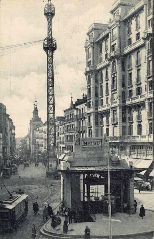 Red de San Luis, con el templete de descenso al metro. Al fondo la desaparecida Iglesia de San Luis. Década de 1920. Grafos.