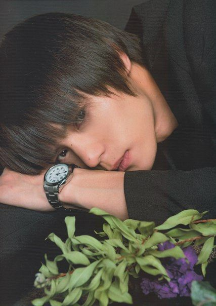 My most recent discovery. I love this guy. There is something mysterious about Masa-san. I'm almost sure, he can play anything. Ladies and gentlemen, this is Kubota Masataka. 窪田 正孝 Trust me, you will...