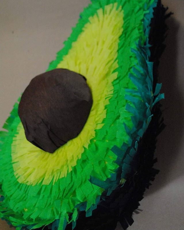 Watch out our details 😮 Este septiembre pide la piñata mas mexicana !!! #avocado #piñata #partydecoration #homealone #mexicanfiesta #green #thosepeaches #septiembre