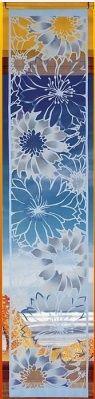 Piękny #żakardowy_panel w modnym niebieskim kolorze.  Panel zawiera tunel, dzięki któremu z łatwością można go nawlec na karnisz. Gotowa dekoracja, dzięki której w szybki sposób odmienisz wystrój swojego wnętrza.   Wymiar: szerokość: 50 cm wysokość: 250 cm   Kolor: niebieski  Najwygodniej panel nawlec na karnisz, można go także upiąć tradycyjnie na żabkach.  kasandra.com.pl