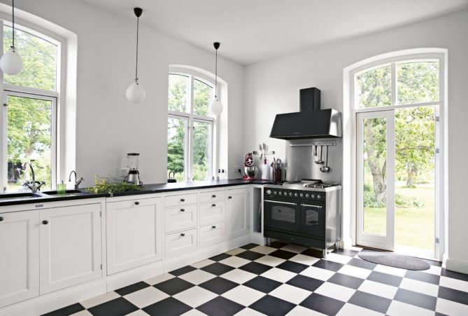 I've always dreamed of having black and white tiles in a kitchen =)