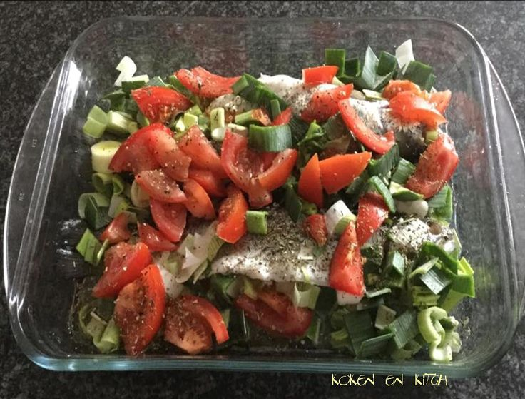 ....met witte wijn, prei en tomaat             Nodig:   1 forel per persoon   peper&zout   2 dikke tomaten   1 stam prei   1 kuipje krui...