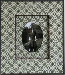 Atelier l'Ecoinçon. Vieille photo encadrée avec du papier fantaisie. Fenêtre ovale et passe partout sur coupe droite. Fermeture papier.
