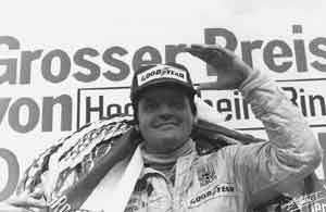"""En 1977, el australiano Alan Jones ganó inesperadamente el Grand Prix de Austria. Su victoria fue tan sorpresiva, que los organizadores no tenían el himno de Australia. Para salir del paso, de acuerdo al propio Jones, """"un borracho tocó Cumpleaños Feliz con una trompeta, de los cuales está lleno en Austria"""""""