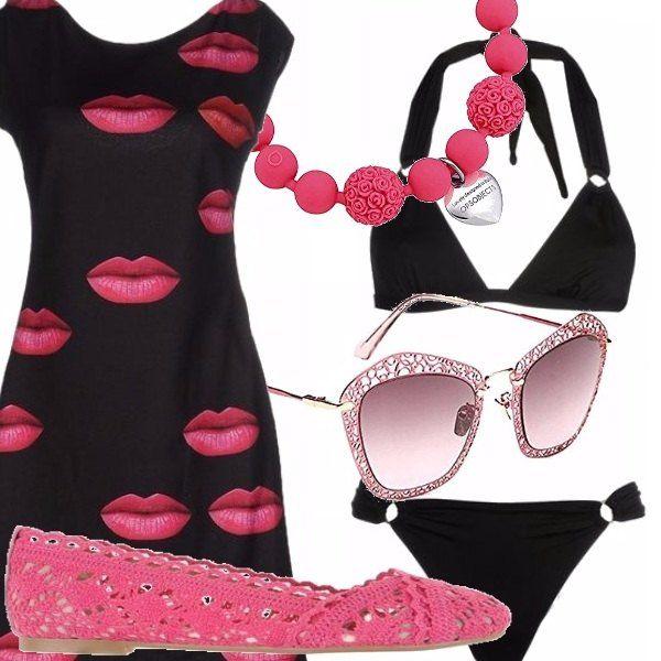 Un look pensato per il mare: bikini nero, abitino nero con fantasia di bocche! Ballerina in pizzo fucsia e paillettes, occhiali in una delicata nuance di rosa, bracciale fucsia con ciondolo a cuore.