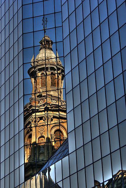 Catedral de Santiago reflejada en un edificio.