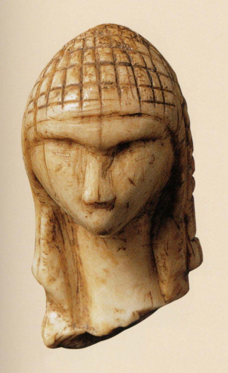 ''La Venere di Brassempouy'', in Francia, è una statuetta in avorio, realizzata su una zanna di mammuth, risalente al Paleolitico. E' databile a 25.000 anni fa ed è considerata la più antica raffigurazione di un volto umano. Attualmente è conservata al Musée d'Archéologie Nationale di Saint-Germain-en-Laye