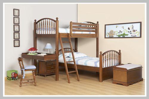 AMBIENTE NIÑO TOMAS Una habitación perfecta para dos hermanos. Este ambiente juvenil viene con camarote en L y una mesa de noche de nuestra línea clásica con dos cajones. El escritorio es en madera. Dado que puede escoger el color de acabado que desee, este espacio es perfecto para niño o niña.