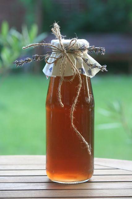 ♡Lavanda - Levendulaszörp 1. (vagy limonádénak): 2 csésze vízben 1 csésze cukrot melegítve feloldani, langyosra hűteni. 1/4 csésze mézet és 3 evőkanál levendulavirágot tenni bele. Lefedve 30 percig állni hagyni. Üvegbe leszűrni és higítva fogyasztani.