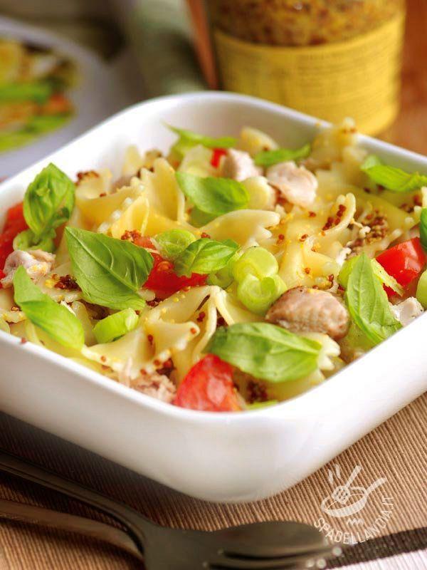 Le Farfalle al pollo e pomodorini sono una pietanza che fa da piatto unico e porta in tavola freschezza e sapore. Ottima anche come lunch box!