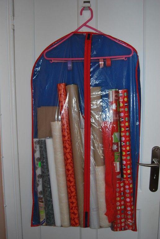 """O antes consistia em todos os papéis - embrulho, plastificados, papel de parede para manualidades - enfiados num porta guarda chuvas. O depois é uma solução verdadeiramente engenhosa que encontrei em várias páginas do Pinterest (pesquisei por """"wrapping pa..."""