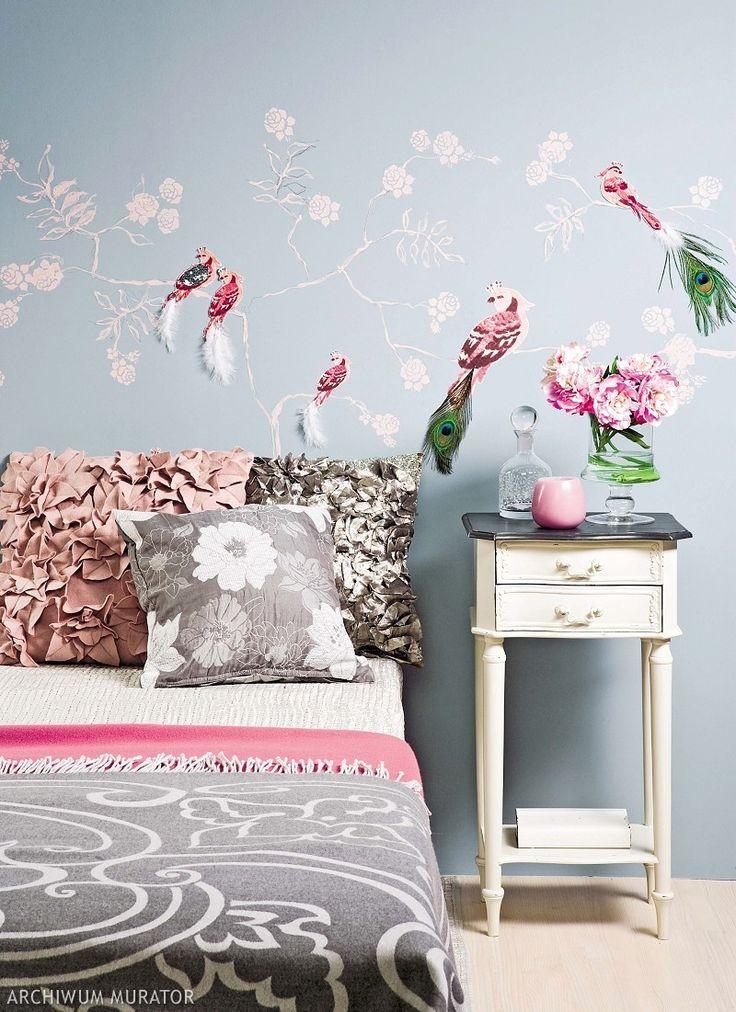 Wzór z motywem natury to świetny pomysł na dekorację ściany w sypialni. Wyklejanka z ptakami z tkaniny wygląda bardzo romantycznie - zabacz, jak ją zrobić krok po kroku...