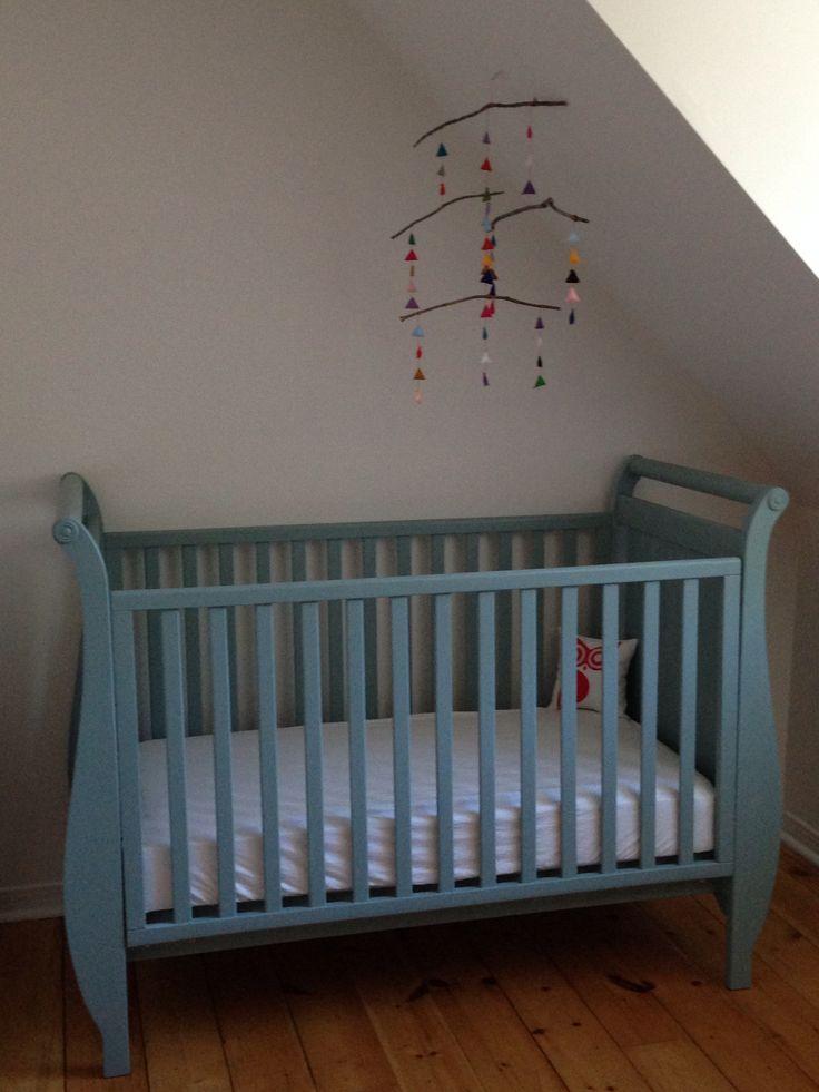 bassinette pour ma fille peinte la chalk paint mobile en feutre sur branches d 39 arbre. Black Bedroom Furniture Sets. Home Design Ideas