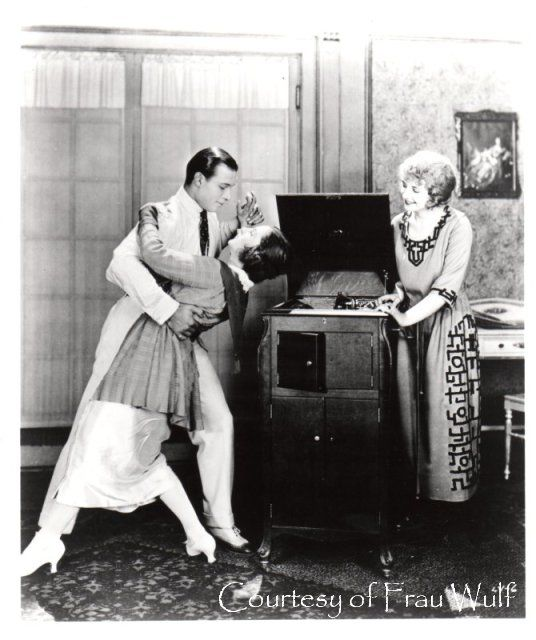 picture of rudolph valentino with a victrola | Рудольф Валентино танцует с дамой.