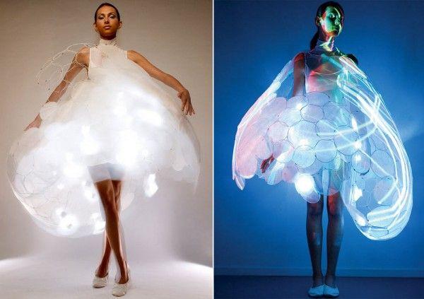 """Dans le cadre du """"Skin Probe Project"""", Philips a créé cette incroyable robe nommée """"Bubelle Dress"""". Non seulement sublime, elle est aussi inteligente car elle a particularité de s'illuminer et de changer couleur en s'adaptant aux émotions de celle qui la porte."""