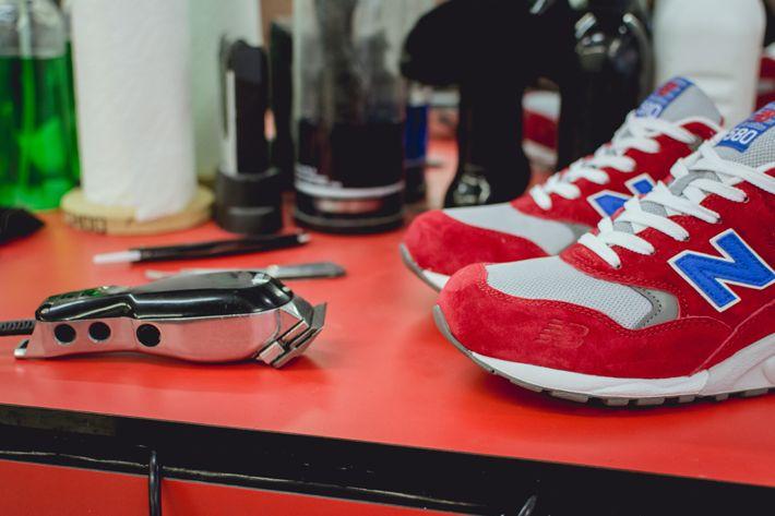 """La New Balance 580 ha la tomaia in suede/mesh rosso con dettagli blu come la """"N"""", e sfumature grigie.  Shop Now:www.aw-lab.com/shop/brand/new-balance/new-balance-mt580-barbershop-pack-8035036 #newbalance #barbershop #awlab"""