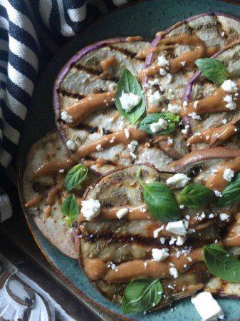 Баклажаны с ореховым соусом  Баклажаны 400 грамм Паста арахисовая 2 столовые ложки Чеснок 1 зубчик Сок лимонный 1 чайная ложка Соль по вкусу Перец по вкусу Орегано по вкусу