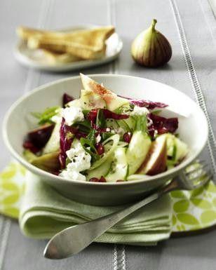 Gurkensalat mit Granatapfelkernen, Feigen, Hüttenkäse und Radicchio