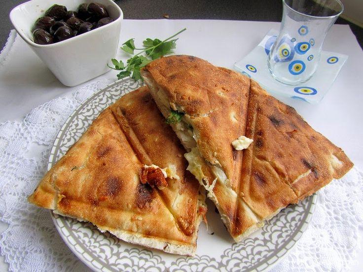 Beyaz peynirli tost (tosti van Turks brood met witte kaas en platte peterselie)