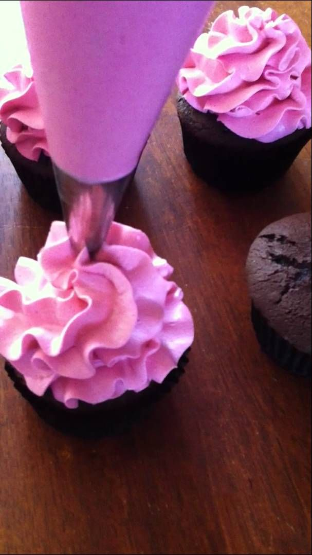 Tutorial for frilled buttercream piping using Wilton 2D tip