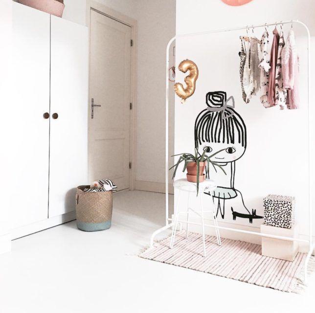 Meidenkamer met #kledingrek en #muursticker (june interiors) | &SUUS