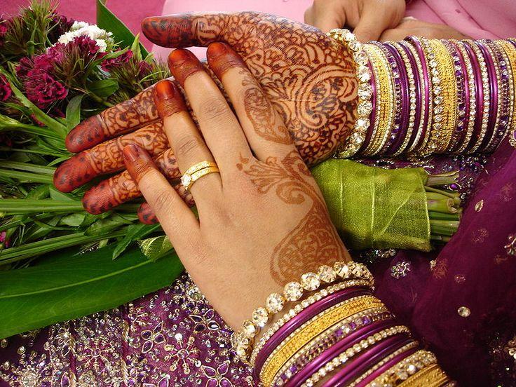 http://www.jointventurejewelry.com/blog-images/wp-content/uploads/2011/05/Indian-bangles.jpg