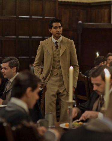 Srinivasa Ramanujan (Dev Patel) ha qualche dificoltà ad ambientarsi a Cambridge ma è solo questione di tempo