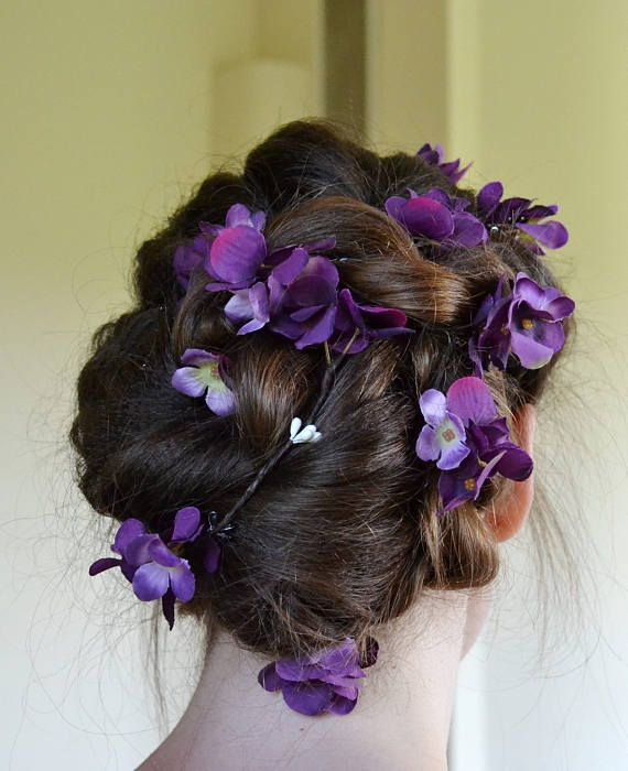 Flower hair garland with purple and white pip berries! This ethereal floral hair vine ideal bridal hair accessory for bohemian bride! So dainty boho wedding head piece for brides, bridesmaids, or flower girls! So elegant and pretty, this soft wedding hair vine can be shaped around the hair to