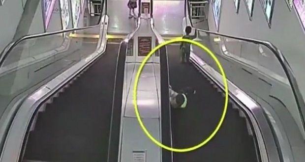 (Video) Niño se destroza la mano en escalera eléctrica - http://www.esnoticiaveracruz.com/video-nino-se-destroza-la-mano-en-escalera-electrica/