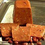 Наивкуснейший щербет к чаю за 5 минут!.. Ингредиенты: 100 граммов грецких орехов, 40 граммов изюма, 120 граммов сухофруктов (подойдут любые по вашему выбору), около 120 граммов сливочного масла, две плитки белого шоколада (пористый шоколад для данного рецепта не подойдет).