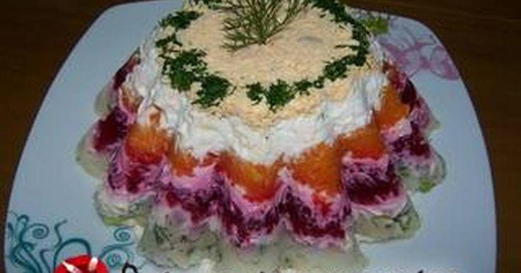 Εξαιρετική συνταγή για Σαλάτα Χριστουγεννιάτικη σαν τούρτα. Μια κρύα πεντανόστιμη σαλάτα που σερβίρεται σαν τούρτα με πατάτες, καρότα, παντζάρια, αυγά και μαγιονέζα. Ιδανική για χριστουγεννιάτικο τραπέζι!!! Λίγα μυστικά ακόμα Διατηρείται 3-4 ημέρες στο ψυγείο.Ευχαριστούμε την ANGOLINA για τις φωτογραφίες βήμα - βήμα.